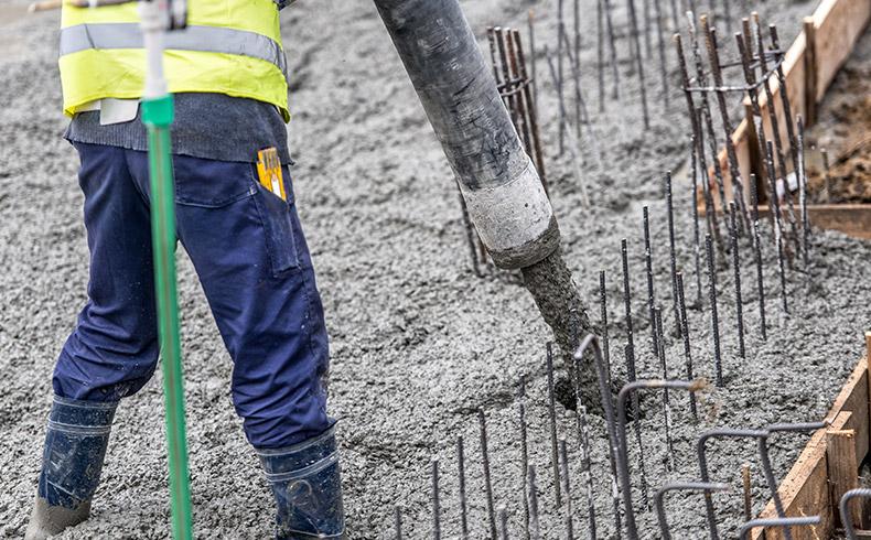 A exposição a agentes nocivos pode afetar a durabilidade do concreto em obras de infraestrutura