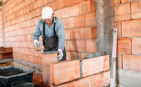 Serviço de pedreiro: precificar a hora ou o projeto?